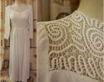 Vintage 1930s Long Cream Gown Wedding Dress Gorgeous Hairpin Lace Embroidery Buttons up Back Ruching Bridal S