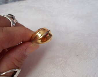 Stunning Goldtoned Ring-Size 6.5-R590