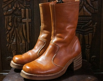 Vintage Campus Frye Quality Mens Boots Size 8.5 1970s Biker Boots Tan Leather Inside Zip Chunky Stacked Heel Short Ankle Mid Calf Boho USA