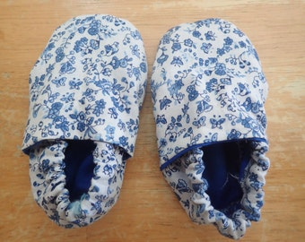 Dainty blue flowers crib shoes