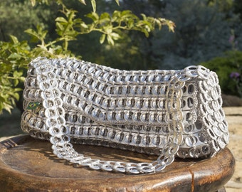 Hand or shoulder bag made of recycled cans capsules