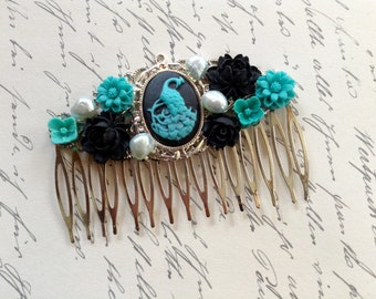Comb Peacock And Turquoise And Black Flowers