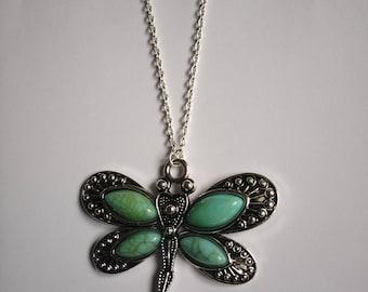 Collier argenté avec pendentif libellule style bohème chic
