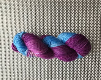 Circe, yarn dyed by hand, purple and blue bottom sky blue, size fingering Merino cashmere and nylon, 115g / 345 m