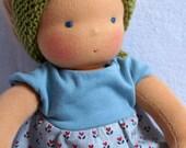 Malou - Puppenkind nach Waldorfart, Spielpuppe, Puppe, hellblaues Kleid, lange blonde Haare, Bauchnabel, Blümchen, hellgrünes Halstuch