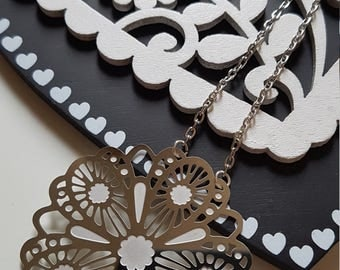 Necklace with flower-shaped pendant necklace