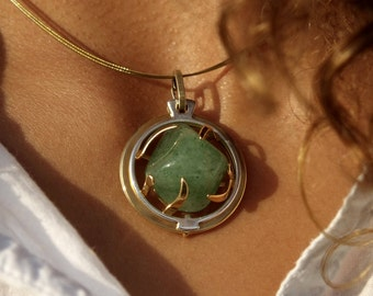 Medallion o28mm brass silver, adorned with an Aventurine green semi precious stone. Create: A rock crystal is offered
