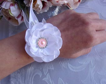 White and pale pink bridal bracelet in satin and tulle/Bracelet maid of honor/Bracelet with kanzashi flowers