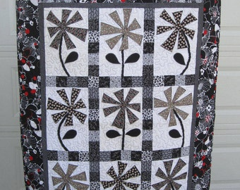 He Loves Me, He Loves Me Not Quilted Wallhanging 875