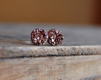 6g (4mm), 2g (6mm), 0g (8mm), 00g (10mm), 12mm  Rose Gold Faux Druzy Rough Crystal Plugs for stretched earlobes. Druzy gauges.
