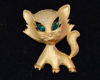 Vintage Cat Brooch in Gold Tone Metal with Emerald Green Rhinestone Eyes