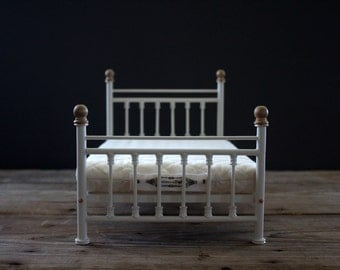 Queen Sized Victorian Inspired Wooden Bed for Blythe, 1/6 scale. Cream Enamel.