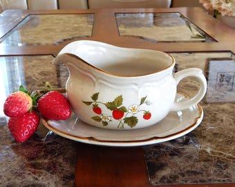 Vintage INTERNATIONAL STONEWARE Japan Gravy Boat & Underplate, Gravy Boat Strawberries Marmalade Relish Dish, Mid Century Farmhouse Kitchen