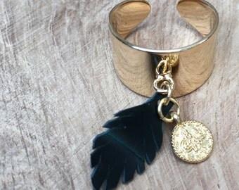 Bague dorée à l'or fin a breloque plume en cuir noir effet croco reflet vert