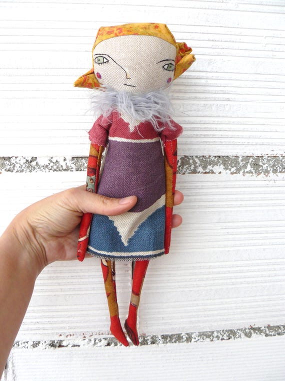Art doll in cotton and linen fabric hair. 32 cm.