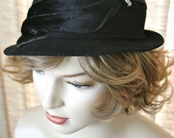 Vintage 1930s Delevan Ladies Felt Hat w/ Brushed Velvet Fur Trim & Potmetal Pin for Accent, Delevan Felt Hat, Ladies Dress Hat, Mourning Hat