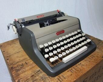 1958 Royal Aristocrat Working Typewriter & Case w/Original Manual
