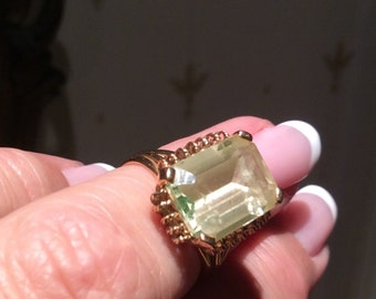 Beautiful Vintage Gold ring with a green Beryl