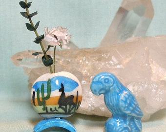 Miniature Blue Parrot and Hand Painted Peru Vase Set in 1:12 Scale for your Dolls House