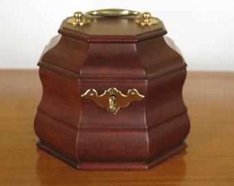 28542E: VIRGINIA METAL CRAFTERS Colonial WIlliamsburg Octagonal Mahogany Tea Caddy