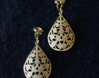 Vintage Filigree Raindrop Shaped Gold Tone Dangle Clip on Earrings