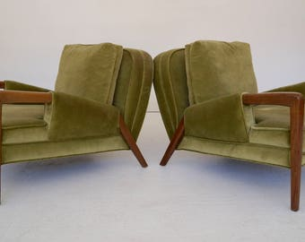 Pair of Gorgeous Mid-Century Modern Lounge Chairs in Green Velvet - Stunning Design!