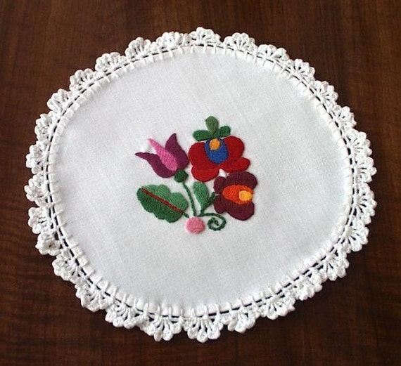 Hand embroidered doily with hand crocheted borders (MKDOI-TR-70)