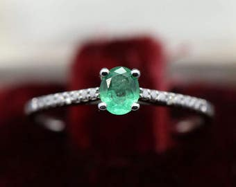 Solitaire ring in 9k white gold set with 0.4ct emerald and 0.2ct diamonds US size 54