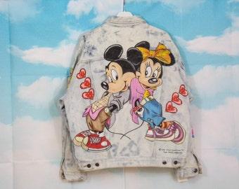 Veste jean bleu délavé, veste en jean Motif Mickey Minnie amoureux  peint main Taille M