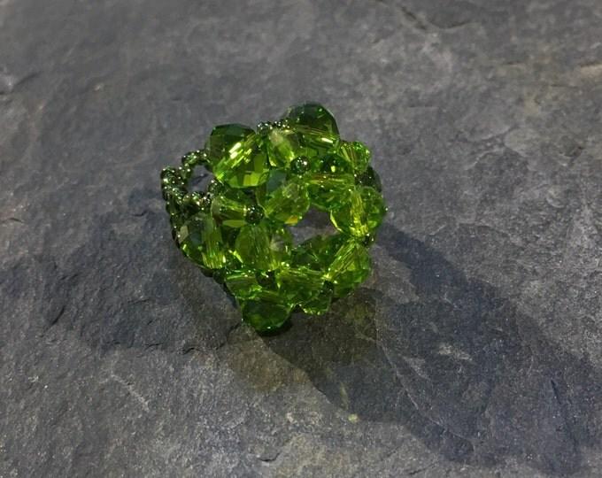 Handgemachter Perlen Ring aus Toho Perlen in kakifarben.