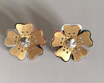 Flower shaped earrings in white and yellow 18k gold.