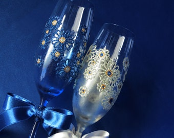 Wedding toasting flutes in silver and blue, hand painted glasses, silver and blue wedding, daisies, 5th anniversary, wedding  gift, set of 2