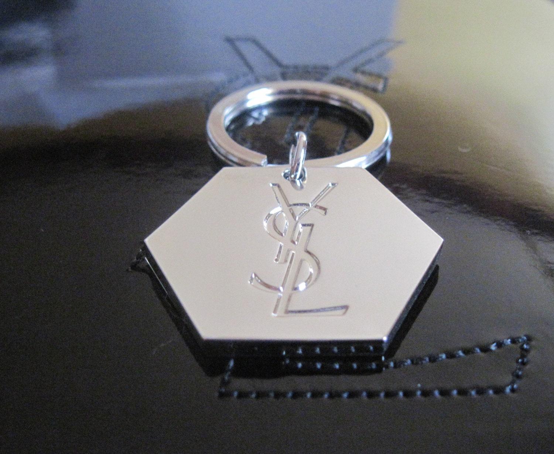 Authentique porte cl s logo ysl en m tal argent par for Porte carte ysl
