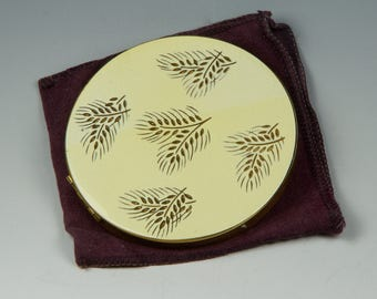 Henriette compact in goldtone and ivory enamel with feather motif on the lid. 1950's Gorgeous luxury !