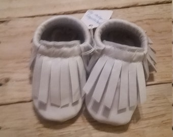 Leather baby moccasin in pearl white