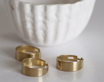 Support of adjustable brass ring stock rings without grooves