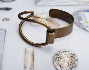 Statement bracelet with two different sides