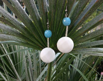 Nice pair of earring (turquoise blue facettee and onyx Pearl White flat stone)
