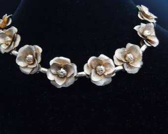 Necklace gold tone flowers