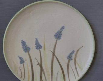 Handbemalter Teller mit Traubenhyazinthen