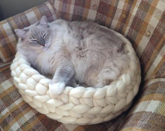 Cozy bed for Your pet.Soft fluffy basket for dogs and cats. Nests for the cat. Made of Merino wool. All sizes and colors.
