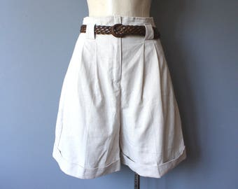vintage linen shorts / high waist neutral shorts / off white pleated shorts / size 7/8