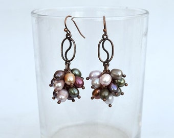 Colorful pearl cluster earrings with copper elements Pearls and copper earrings Earthy colors cluster earrings Real pearls earrings E1207