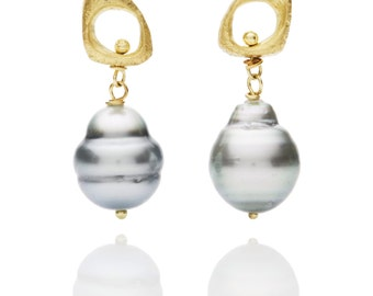 Stunning tahitian pearl and cast textured 18k gold stud earrings