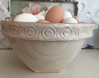 Vintage USA Pottery Bowl - Spout - Design Farmhouse Kitchen - Shabby Chic