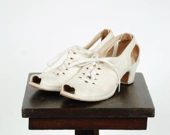 Vintage 1940s Shoes - Sporty Off White Leather Peeptoe Early 40s Oxfords with Cutout Heels Size 7.5 N