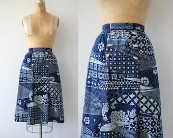 vintage 1970s skirt / 70s batik print skirt / 70s navy and white floral print skirt / 70s midi skirt / 70s boho skirt / small 25 inch waist