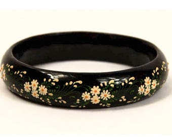 1970s Hand Painted White Yellow Green Daisy Flower Glossy Black Wood  Vintage Bangle Bracelet