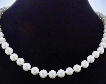 """Vintage hand knotted glass pearl 20"""" necklace w gold tone clasp in great condition"""