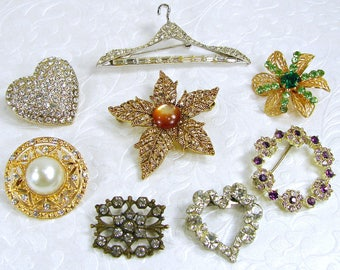LOT 8 Rhinestone Brooches Vintage Costume Jewelry Wear Gold Silver Antiqued Flower Leaf Wreath Heart Hanger Green Amber Purple Pins Brooch